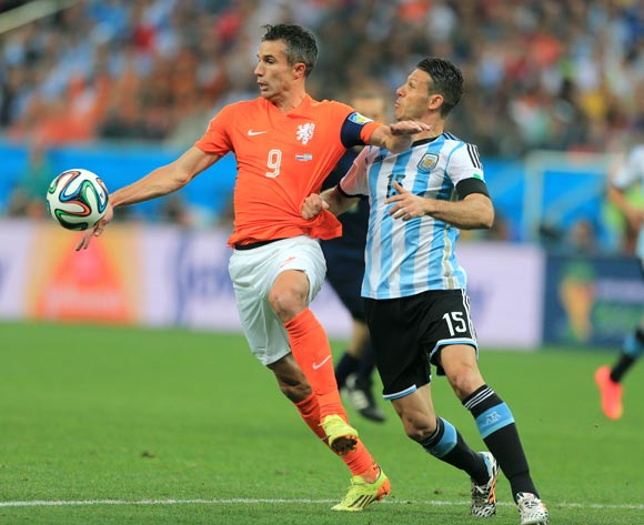 Argentina's Martin Demichelis (right) and Netherland's Robin van Persie (left) battle for the ball