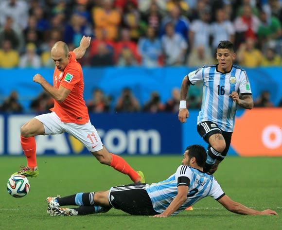 Netherland's Arjen Robben (left) skips the tackle from Argentina's Ezequiel Garay (right)
