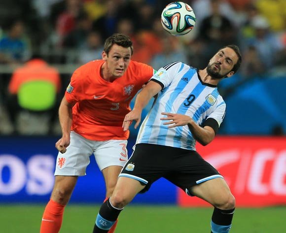 Netherland's Stefan de Vrij (left) and Argentina's Gonzalo Higuain (right) battle for the ball in the air