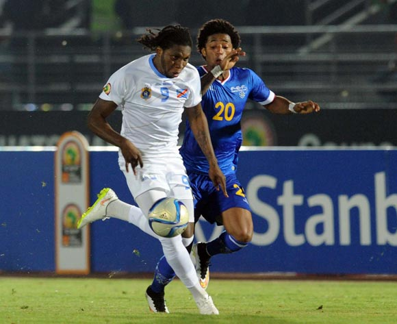 Ryan Mendes of Cape Verde  battles with Diedonnei Mbokani of DR Congo during of the 2015 Africa Cup of Nations match between Cape Verde and DR Congo at Ebibeyin Stadium, Equatorial Guinea on 22 January 2015