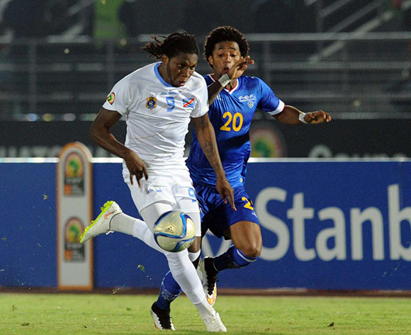 Ryan Mendes of Cape Verde  battles with Diedonnei Mbokani of DR Congo    during of the 2015 Africa Cup of Nations match between Cape Verde and DR Congo at Ebibeyin Stadium, Equatorial Guinea on 22 January 2015 Pic Sydney Mahlangu/BackpagePix