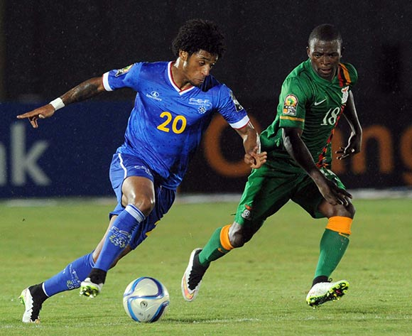 Ryan Mendes of Cape Verde battles with Emmanuel Mbola of Zambia during of the 2015 Africa Cup of Nations match between Cape Verde and Zambia at Ebibeyin Stadium, Equatorial Guinea on 26 January 2015 Pic Sydney Mahlangu/BackpagePix