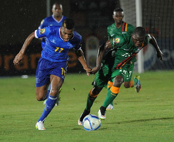 Emmanuel Mbola of Zambia battles with Garry Rodrigues of Cape Verde during of the 2015 Africa Cup of Nations match between Cape Verde and Zambia at Ebibeyin Stadium, Equatorial Guinea on 26 January 2015 Pic Sydney Mahlangu/BackpagePix