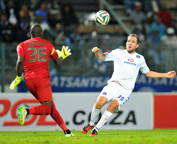 Jeremy Brockie of Supersport United challenged by Dennis Onyango of Mamelodi Sundowns during the Absa Premiership 2014/15 match between Supersport United and Mamelodi Sundownsd at the Lucas Moripe Stadium in Pretoria, South Africa on May 06, 2015 ©Samuel Shivambu/BackpagePix