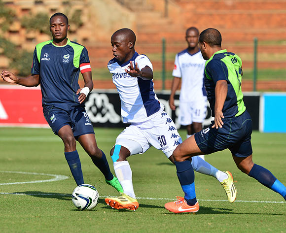 Ben Motshwari of Bidvest Wits evades tackle from Bryce (r) and Mogakolodi Ngele of Platinum Stars during the 2014/15 Absa Premiership football match between Bidvest Wits and Platinum Stars at Bidvest Stadium 09 May 2015 ©Gavin Barker/BackpagePix