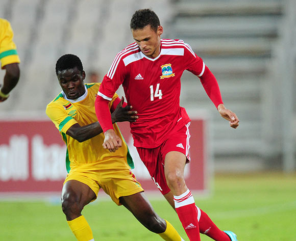 Karl Hall of Seychelles battles with Danny Phiri of Zimbabwe  ©Muzi Ntombela/BackpagePix