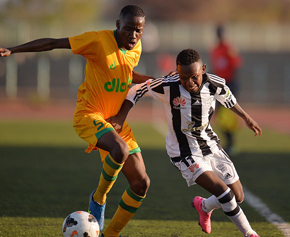 Onthusitse Tamapo of Green Lovers Footballclub and Senatla Molefhe of Mochudi Centre Chiefs during the beMobile premiership match between Mochudi centre Chief and Green Lovers football Club at the Molepolole sports complex in Molepolole, Botswana on 17 October 2015. Monorail Bhuiyan/Backpage pix