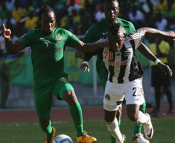 Taban Kamusoko of Young Africans (l) fight for ball with Thomas Ulimwengu of TP Mazembe during the CAF Confederation Cup football match between Young Africans and TP Mazembe at the National Stadium in Dar es Salaam, Tanzania on 28 June 2016 ©BackpagePix