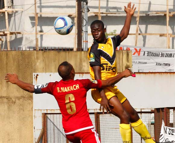 epa05376885 Mimosa's Youssouf Dao (R) vies for the ball with Casablanca's Rashid Housni (L) during their CAF Champions League match between Asec Mimosa and WAC Casablanca at the Stade Robert Champroux, in Abidjan, Ivory Coast, 18 June 2016.  EPA/LEGNAN KOULA