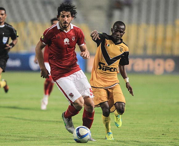 Al Ahly's player Ahmed Hegazy (C) in action against Asec Mimosas player during the CAF Champions Leaguegroup stages, between Al Ahly and Asec Mimosas at Borg Al Arab stadium in Alexandria, Egypt, 28 June 2016.  EPA/MOHAMED HOSSAM