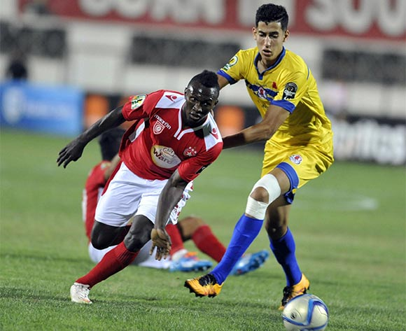 epa05398150 Etoile Sahel's player Bangoura Al khaly (L) in action against Fath Union player Nayef Aguerd (R) during the CAF Champions League group stage, between Etoile Sahel  and Fath Union at Stade Olympique de Sousse, Tunisia, 29 June 2016  EPA/STR