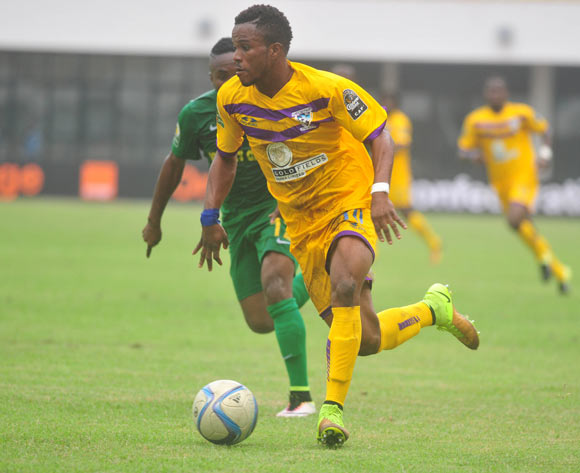 Juma Abdul Jaffar Mnyamani of Young Africans SC challenging Enock Atia Agyei of Medeama SC during the CAF Confederation Cup between Medeama SC and Young Africans 26 july 2016 playing in Sekondi Ghana © Christian Thompson/BackpagePix