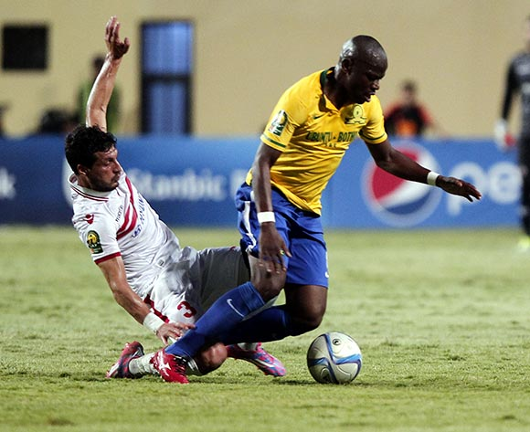 epa05429794 Zamalek's player Tarek Hamed (L) in action against Sundowns player  Hlompho Kekana (R) during the African Champions League (CAF) group stage soccer match between Zamalek's and Sundowns at Petro Sport stadium in Cairo, Egypt, 17 July 2016  EPA/KHALED ELFIQI