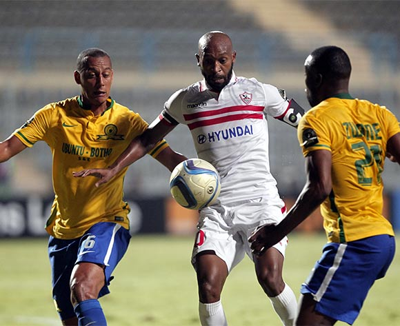 epa05429797 Zamalek's player Shikabala (C) in action  against Sundowns player Siyanda Zwane (R) and Wayne Arendse (L) during the African Champions League (CAF) group stage soccer match between Zamalek's and Sundowns at Petro Sport stadium in Cairo, Egypt, 17 July 2016  EPA/KHALED ELFIQI