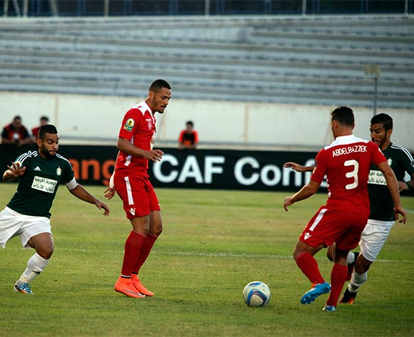epa05442334 Etoile Sportive du Sahel player Ghazi Abderrazak (2-R) in action during the CAF Confederation Cup soccer match between Etoile Sportive du Sahel of Tunisia and Al Ahly Tripoli of Libya at the stade Cheli Zouiten in Tunis, Tunisia, 26 July 2016.  EPA/MOHAMED MESSARA