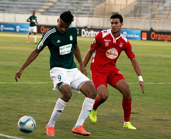 epa05442562 Etoile Sportive du Sahel player Ghazi Abderrazak (R) and Al Ahly Tripoli player Abd Dayem Mohamed (L) fight for the ball during the CAF Confederation Cup soccer match between Etoile Sportive du Sahel of Tunisia and Al Ahly Tripoli of Libya at the stade Cheli Zouiten in Tunis, Tunisia, 26 July 2016.  EPA/MOHAMED MESSARA