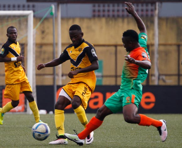 epa05443887 Mimosa's Coulibaly Dala ( L) vies for the ball with Zesco's Jackson Wannza ( R) during their CAF Champions League group stage match between Asec Mimosa vs Zesco's at Stade Robert Champroux in Abidjan, Ivory Coast, 27 July 2016.  EPA/LEGNAN KOULA