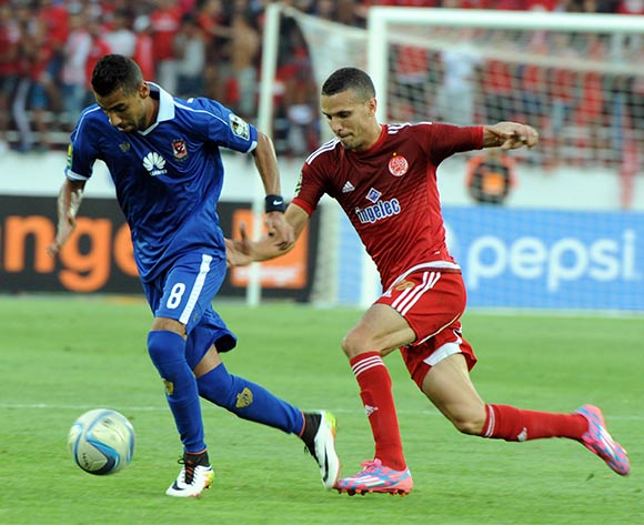 epa05444318 Al-Ahly's Moamen Zakaria (L) vies for the ball  with Wydad's Abdellatif Noussir  (R) during their CAF Champions League group A stage football match between Egypt's Al-Ahly and Morocco's Wydad Casablanca at Prince Moulay Abdellah Stadium in Rabat, Morocco, on 27 July 2016.  EPA/ABDELHAK SENNA
