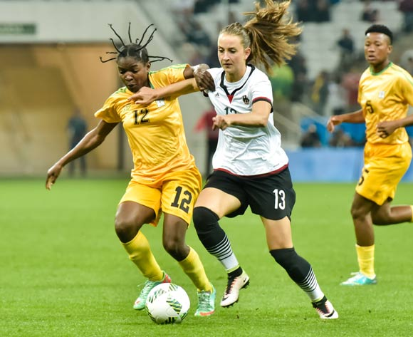 epa05454181 Sara Daebritz (R) of Germany in action against Marjorty Nyaumwe of Zimbabwe during the women's preliminary round match between Zimbabwe and Germany of the Rio 2016 Olympic Games Soccer tournament in Sao Paulo, Brazil, 03 August 2016.  EPA/JUCA RODRIGUES/FRAMEPHOTO  BRAZIL OUT