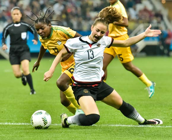 epa05454182 Sara Daebritz (R) of Germany in action against Marjorty Nyaumwe of Zimbabwe during the women's preliminary round match between Zimbabwe and Germany of the Rio 2016 Olympic Games Soccer tournament in Sao Paulo, Brazil, 03 August 2016.  EPA/JUCA RODRIGUES/FRAMEPHOTO  BRAZIL OUT
