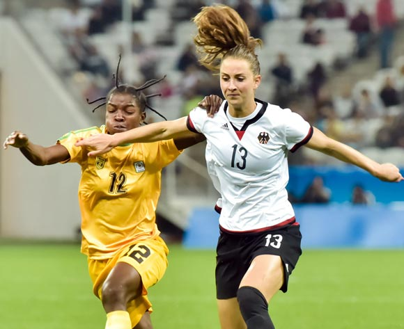 epa05454183 Sara Daebritz (R) of Germany in action against Marjorty Nyaumwe of Zimbabwe during the women's preliminary round match between Zimbabwe and Germany of the Rio 2016 Olympic Games Soccer tournament in Sao Paulo, Brazil, 03 August 2016.  EPA/JUCA RODRIGUES/FRAMEPHOTO  BRAZIL OUT