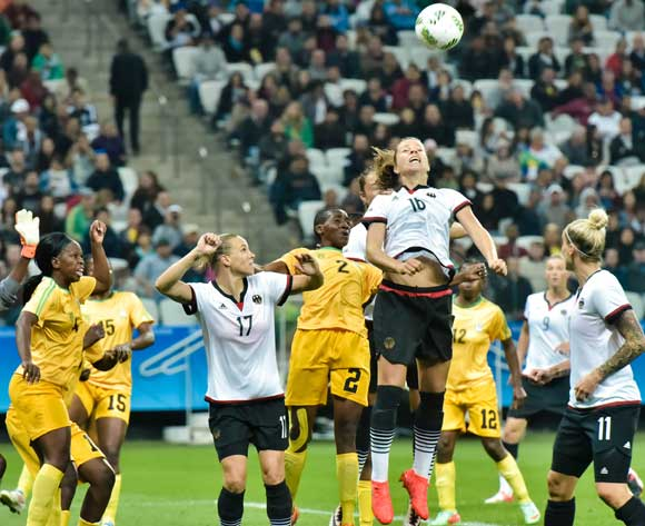 epa05454212 Germany's Melanie Leupold (C) rises for a header during the women's preliminary round match between Zimbabwe and Germany of the Rio 2016 Olympic Games Soccer tournament in Sao Paulo, Brazil, 03 August 2016.  EPA/JUCA RODRIGUES/FRAMEPHOTO BRAZIL OUT