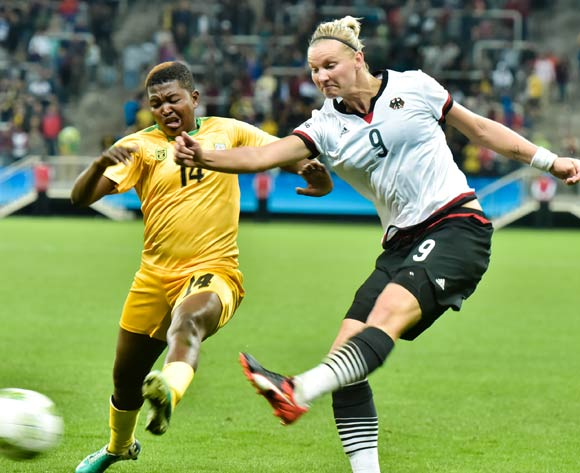 epa05454295 Alexandra Popp of Germany (R) shoots on target past Eunice Chibanda of Zimbabwe (L) during the women's preliminary round match between Zimbabwe and Germany of the Rio 2016 Olympic Games Soccer tournament in Sao Paulo, Brazil, 03 August 2016.  EPA/JUCA RODRIGUES/FRAMEPHOTO BRAZIL OUT