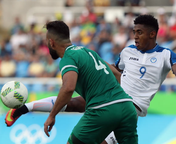 epa05455353 Abdelghani Demmou of Algeria (L) and Antony Lozano of Honduras (R) vie for the ball during the men's first round group D match of the Rio 2016 Olympic Games Soccer tournament between Honduras and Algeria at the Olympic Stadium in Rio de Janeiro, Brazil, 04 August 2016.  EPA/SRDJAN SUKI