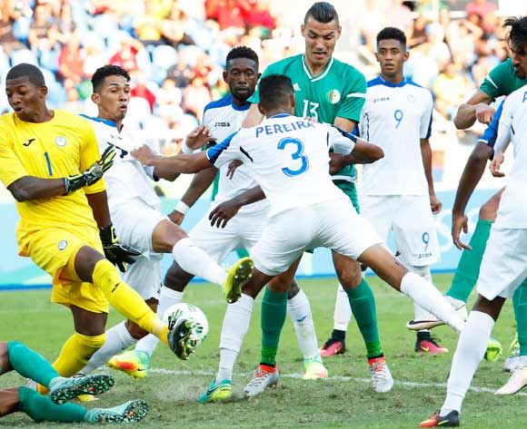epa05455555 Baghdad Bounedjah (back R) of Algeria scores his team's second goal against Honduras goalkeeper Luis Lopez (L) during the men's group D preliminary round match of the Rio 2016 Olympic Games Soccer tournament between Honduras and Algeria at the Olympic Stadium in Rio de Janeiro, Brazil, 04 August 2016. Honduras won 3-2.  EPA/DIEGO AZUBEL