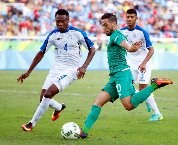 epa05455580 Abderrahmane Meziane (C) of Algeria in action against Kevin Alvarez (L) of Honduras during the men's group D preliminary round match of the Rio 2016 Olympic Games Soccer tournament between Honduras and Algeria at the Olympic Stadium in Rio de Janeiro, Brazil, 04 August 2016. Honduras won 3-2.  EPA/DIEGO AZUBEL