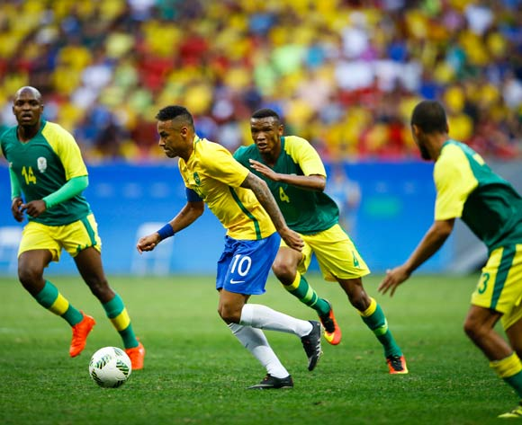 epa05455630 Neymar (2-L) of Brazil and Motobi Mvala (2-R) of South Africa in action during the men's preliminary round match between Brazil and South Africa for the Rio 2016 Olympic Games Soccer tournament at Mane Garrincha stadium in Brasilia, Brazil, 04 August 2016.  EPA/FERNANDO BIZERRA JR.