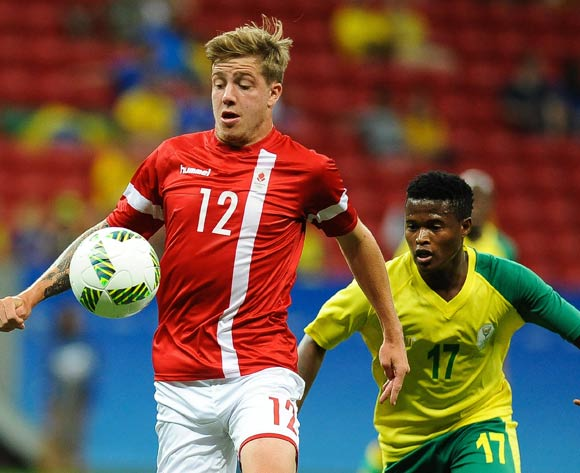 epa05463517 Frederik Borsting of Denmark (L) and Tebogo Moerane of South Africa (R) vie for the ball during the men's preliminary round group A match between Denmark and South Africa of the Rio 2016 Olympic Games Soccer tournament at the Mane Garrincha Stadium in Brasilia, Brazil, 07 August 2016.  EPA/ANDRESSA ANHOLETE BRAZIL OUT