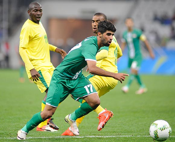 epa05472971 Alaa Ali (front) of Iraq in action during the preliminary round match between South Africa and Iraq for the Rio 2016 Olympic Games soccer tournament, in Sao Paulo, Brazil, 10 August 2016.  EPA/ALAN MORICI/FRAMEPHOTO BRAZIL OUT