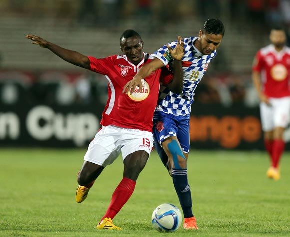 epa05478289 Etoile Sportive du Sahel player Alkhaly Bangoura  (L) and Kawkab Marrakech player Redallah El Ghazoufi (R) fight for the ball during the CAF Confederation Cup soccer match between Etoile Sportive du Sahel of Tunisia and Kawkab Marrakech of Morocco at the Olympique Stadium in Sousse, Tunisia, 12 August 2016.  EPA/MOHAMED MESSARA
