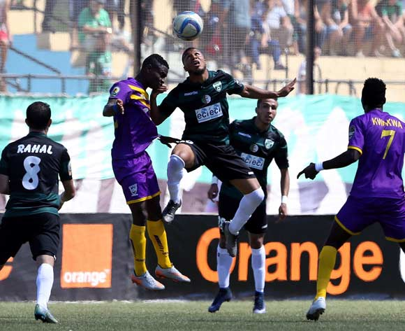 epa05507650 Mouloudia olympique Bejaia player Betorangal Morgan (C) and Medeama Sc player Agyei Enock Atta (2-L) fight for the ball during the CAF Confederation Cup soccer match between Mouloudia olympique Bejaia of Algeria and Medeama SC of Ghana at the Maghreb unity stadium in Bejaia 250km east of Algiers, Algeria, 23 August 2016.  EPA/STR