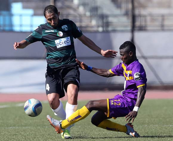 epa05507694 Mouloudia olympique Bejaia player  Benettayeb Abdelkader (L) and Medeama SC player Amponsah Sarpong Moses (R) fight for the ball during the CAF Confederation Cup soccer match between Mouloudia olympique Bejaia of Algeria and Medeama SC of Ghana in Bejaia 250 km east of Algiers, Algeria, 23 August 2016.  EPA/STR