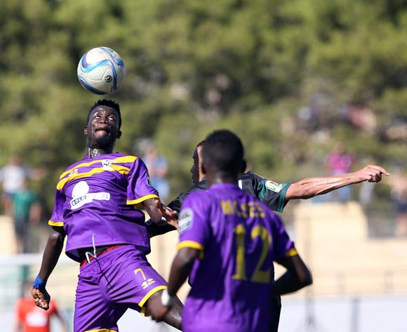 epa05507700 Medeama SC player Gordon Joseph (L) fight for the ball during the CAF Confederation Cup soccer match between Mouloudia olympique Bejaia of Algeria and Medeama SC of Ghana in Bejaia 250 km east of Algiers, Algeria, 23 August 2016.  EPA/STR