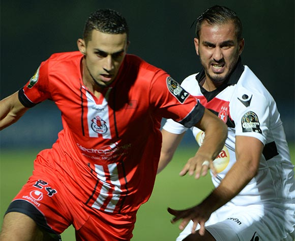 epa05508064 Fath Union Sport's Adam Ennaffati (L) and Etoile Sportive du Sahel's Marouane Tej (R) vie for the ball during the CAF Confederation Cup soccer match between Fath Union Sport of Morocco and Etoile Sportive du Sahel of Tunisia at the Moulay El Hassan Stadium in Rabat, Morocco, 23 August 2016.  EPA/ABDELHAK SENNA