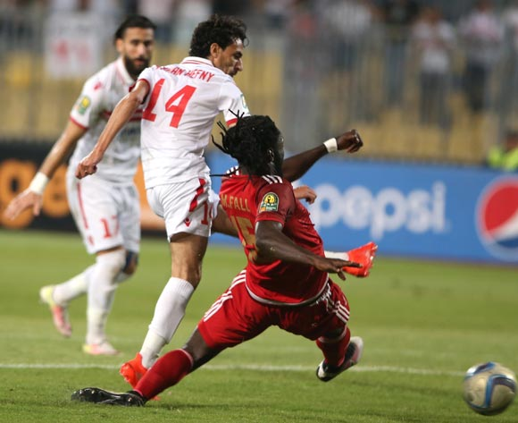 Zamalek's  Ayman Hefny (C) in action against Wydad Casablanca player Mourtada Fall (R) during the African Champions League (CAF) Semi Final first leg soccer match between Zamalekand Wydad Casablanca at Borg Al Arab stadium in Alexandria, Egypt, 16 September 2016.