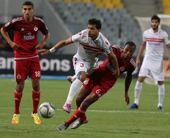 epa05543437 Zamalek's Tarek Hamed (C) in action against Wydad Casablanca player Brahim Nekkach (R) and Walid El Karti (L) during the African Champions League (CAF) Semi Final first leg soccer match between Zamalekand Wydad Casablanca at Borg Al Arab stadium in Alexandria, Egypt, 16 September 2016.  EPA/KHALED ELFIQI
