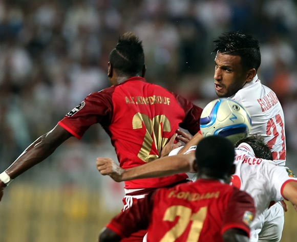 epa05543466 Zamalek's  Eslam Hamed (R) in action against Wydad Casablanca player  Abdeladim Khadrouf (L) during the African Champions League (CAF) Semi Final first leg soccer match between Zamalekand Wydad Casablanca at Borg Al Arab stadium in Alexandria, Egypt, 16 September 2016.  EPA/KHALED ELFIQI