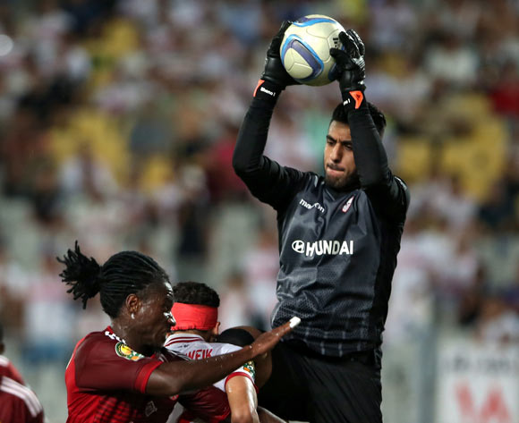 epa05543483 Zamalek's goalkeeper Ahmed El-Shenawy (R) in action against Wydad Casablanca's William Jebor (L) during the African Champions League (CAF) Semi Final first leg soccer match between Zamalekand Wydad Casablanca at Borg Al Arab stadium in Alexandria, Egypt, 16 September 2016.  EPA/KHALED ELFIQI