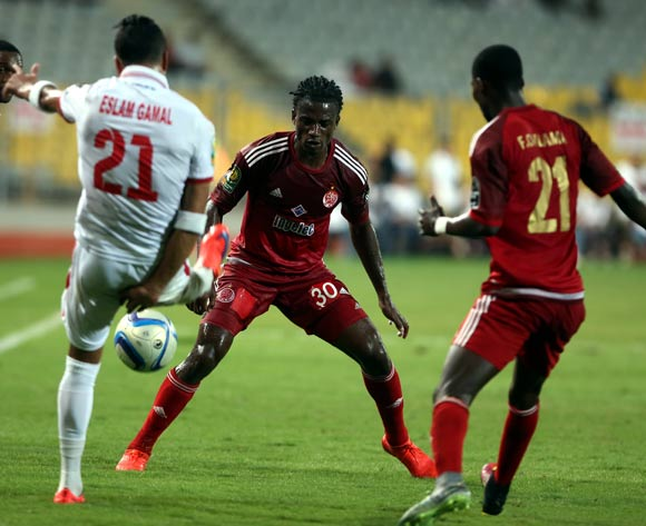 epa05543501 Zamalek's Eslam Gamal (L) in action against Wydad Casablanca's William Jebor (C) and Fabrice N'Guessi (R) during the African Champions League (CAF) Semi Final first leg soccer match between Zamalekand Wydad Casablanca at Borg Al Arab stadium in Alexandria, Egypt, 16 September 2016.  EPA/KHALED ELFIQI