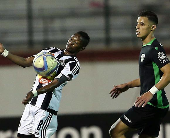 epa05609120 Mouloudia Olympique Bejaia player Sofiane Khadir (L) and TP Mazembe player   Rainford Kalaba (R) fight for the ball during the Final first leg CAF Confederation Cup soccer match between Mouloudia olympique Bejaia of Algeria and TP Mazembe of Congo in Blida km south of Algiers, Algeria, 29 October 2016. The second leg is scheduled for 6 November in Lubumbashi.  EPA/STR