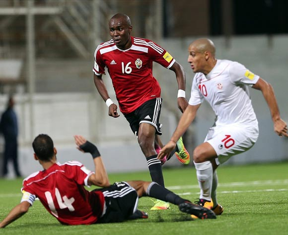 epa05627616 Tunisia's player Wahbi Khazri (R) in action against Libyan players Mohamed El Mangoush (C) and Ali Ramadhan Alamami  (R) during the FIFA World Cup 2018 qualifying soccer match between Libya and Tunisia at Omar-Hamadi Stadium in Algiers, Algeria, 11 November 2016.  EPA/-