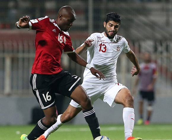 epa05627641 Tunisia's player Sassi Fertani (L) in action against Libyan player Almoatasem El Mangoush  (L) during the FIFA World Cup 2018 qualifying soccer match between Libya and Tunisia at Omar-Hamadi Stadium in Algiers, Algeria, 11 November 2016.  EPA/-
