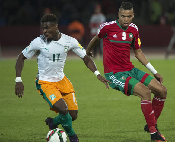 epa05629202 Morocco's Youssef En-Nesyri (R) in action against Ivory Coast's Serge Aurier (L) during the 2018 FIFA World Cup Russia qualifier soccer game between Morocco and the Ivory Coast at the Marrakesh Stadium in Marrakech, Morocco, 12 November 2016.  EPA/STR
