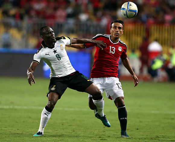 epa05630300 Mohamed Abdel Shafy of Egypt  (R) in action against Emmanuel Agyemang  of Ghana during the 2018 FIFA World Cup qualifying soccer match between Egypt and Ghana at Borg Al Arab Stadium in Alexandria, Egypt, 13 November 2016.  EPA/KHALED ELFIQI