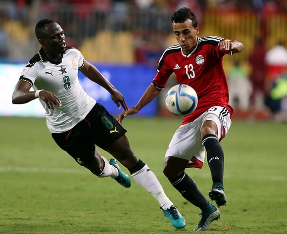 epa05630301 Mohamed Abdel Shafy of Egypt  (R) in action against  Emmanuel Agyemang  of Ghana during the 2018 FIFA World Cup qualifying soccer match between Egypt and Ghana at Borg Al Arab Stadium in Alexandria, Egypt, 13 November 2016.  EPA/KHALED ELFIQI