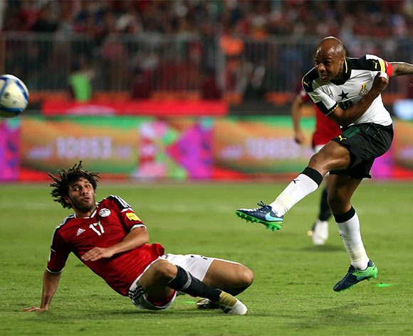 epa05630330 Mohamed El Nenny of Egypt  (L)  in action against  Andre Ayew of Ghana during the 2018 FIFA World Cup qualifying soccer match between Egypt and Ghana at Borg Al Arab Stadium in Alexandria, Egypt, 13 November 2016.  EPA/KHALED ELFIQI